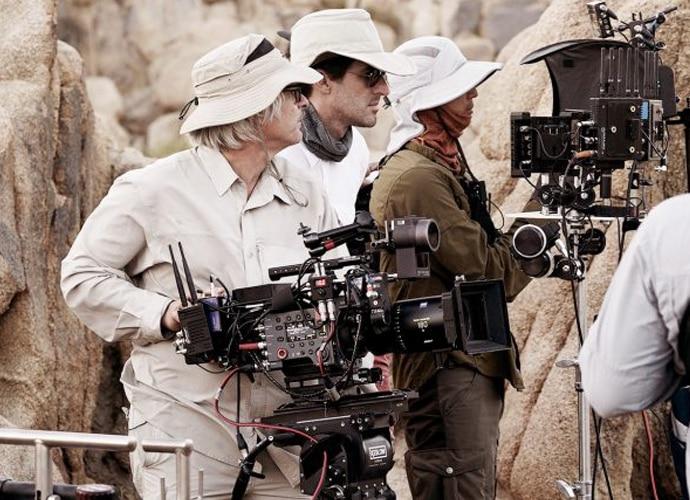 Ein Kameramann nimmt mit der digitalen Kinokamera F65 von Sony eine Aufnahme in der Wüste auf.