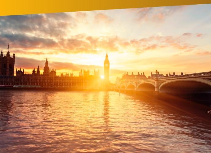 Wschód słońca za parlamentem nad rzeką