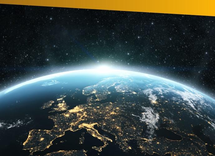 Nocny widok Ziemi zkosmosu zwidocznym wschodzącym słońcem