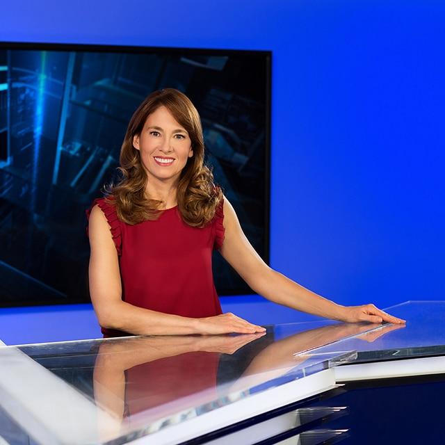 Uśmiechnięta kobieta wczerwonej sukience bez rękawów