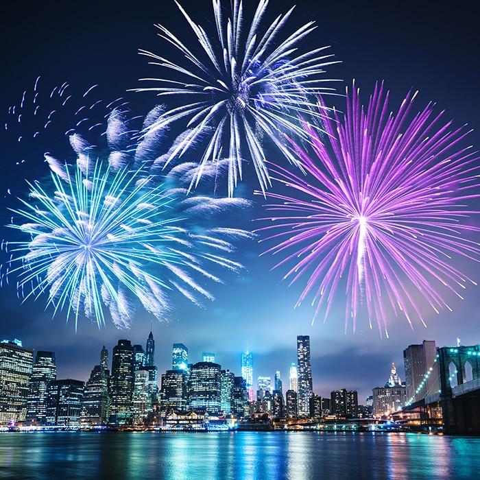 Fogos de artifício sobre uma cidade