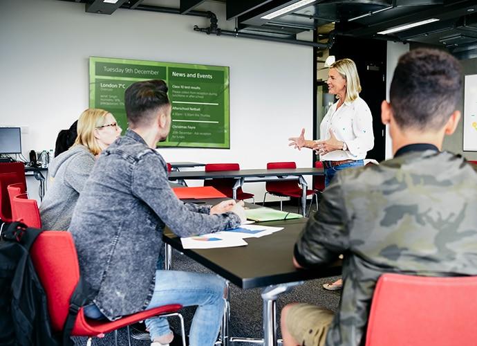 Studierende rund um einen Tisch