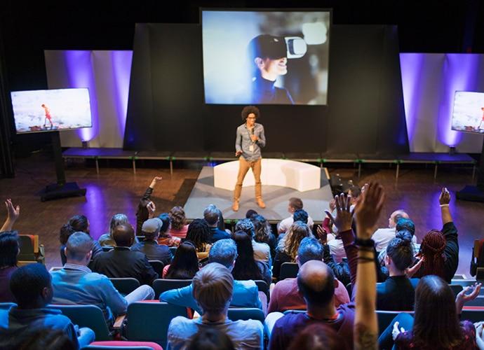 L'homme sur l'estrade se présentant devant le public