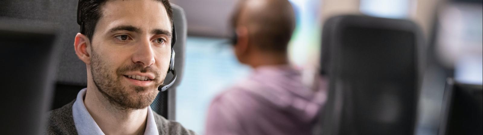 Homme portant un casque, en plein appel