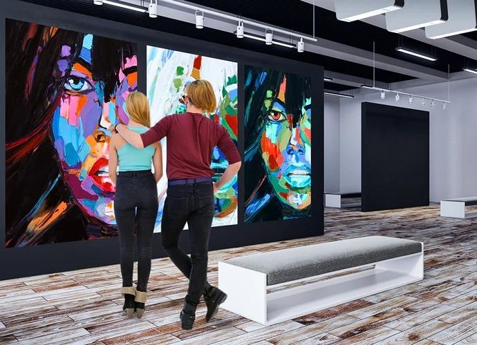 Galerideki bir çift sergiye bakıyor.
