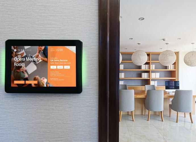Image montrant le gros plan d'une tablette pour TEOS installée à l'extérieur d'une salle de réunion.