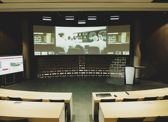 Pantalla gigante utilizada para reproducir contenido para los estudiantes de la Cyber University of Korea
