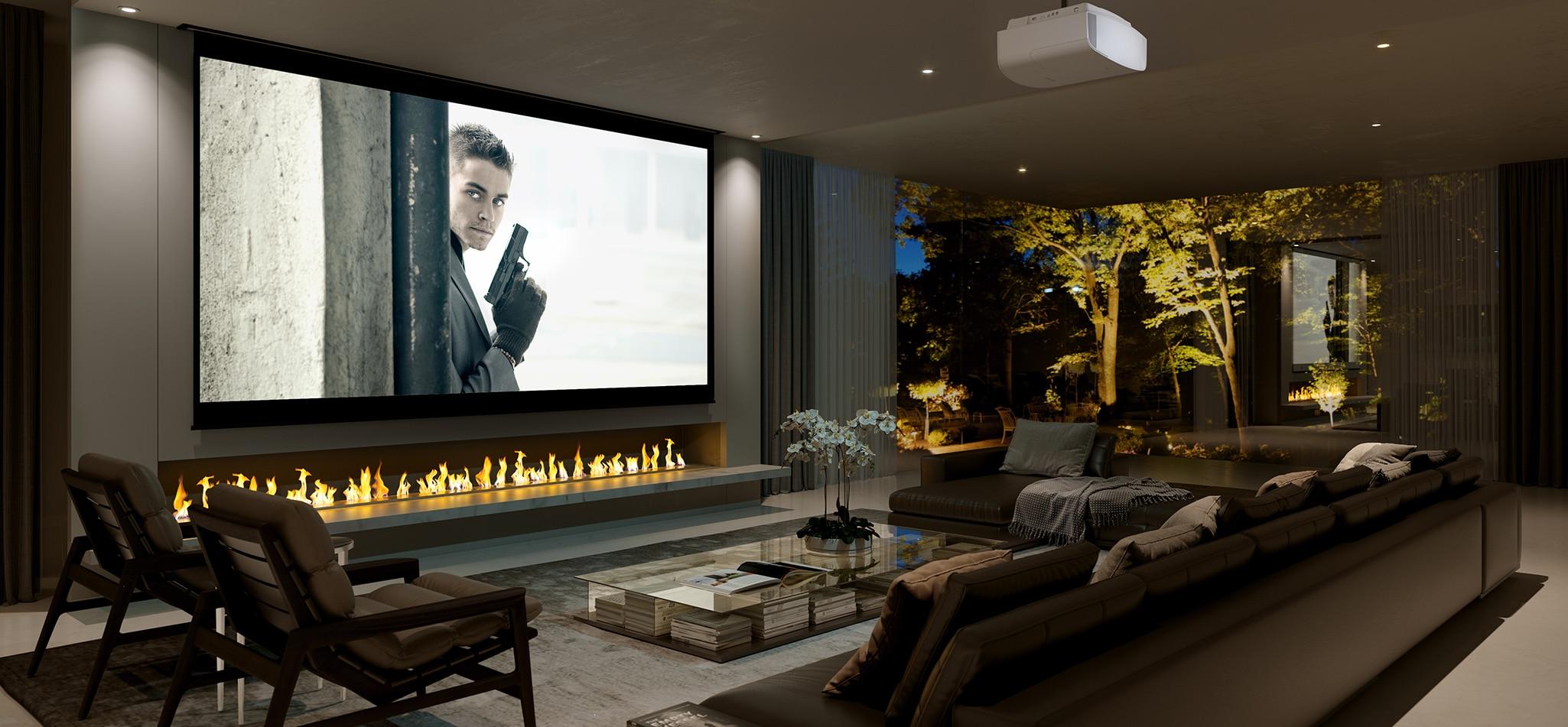 Ein Premium-Heimkino-Raum mit einem großen Sofa. Auf der Leinwand werden Filminhalte angezeigt.