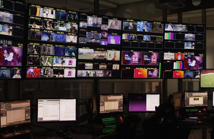 Sechs Monitore, auf denen zahlreichen Filmaufnahmen zu sehen sind