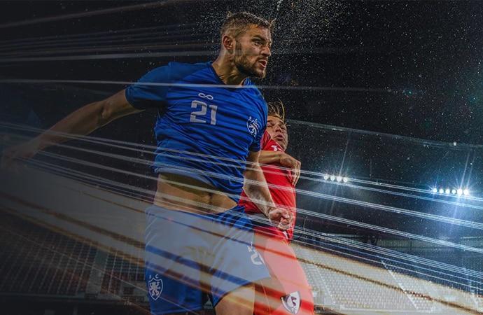 Zwei Fußballspieler springen für einen Kopfball in die Luft