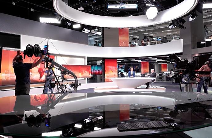 Nachrichtenstudio mit Kameras, die für Dreharbeiten aufgebaut sind